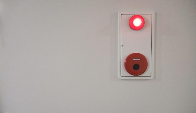 Blerry-beeld van noodbrandalarm of waarschuwings- of belwaarschuwingsapparatuur rode kleur op witte achtergrondmuur in het gebouw voor safty in japan