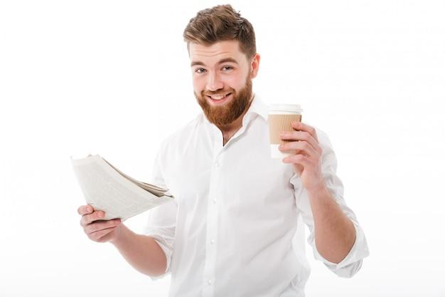 Blij bebaarde man in zakelijke kleding bedrijf krant