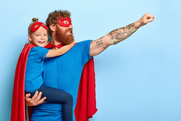 Blij dat de familie heldhaftige leiders is, draag superheldenkostuums