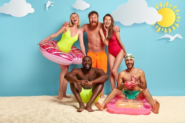 Blij dat vrienden genieten van een dag op het strand