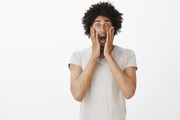 Blij en opgewonden man schreeuwen van verbazing, groot nieuws of aankondiging horen