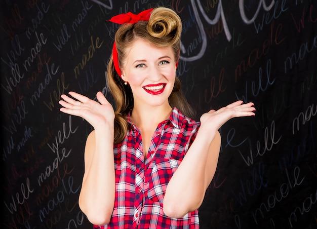 Blij en verras mooie jonge vrouw met make-up en kapsel