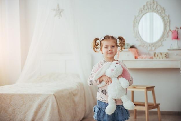 Blij gezicht grappige baby meisje. in een lichte kamer