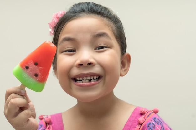Blij gezicht meisje aan het eten van ijs, close-up shot met kopie ruimte. Premium Foto