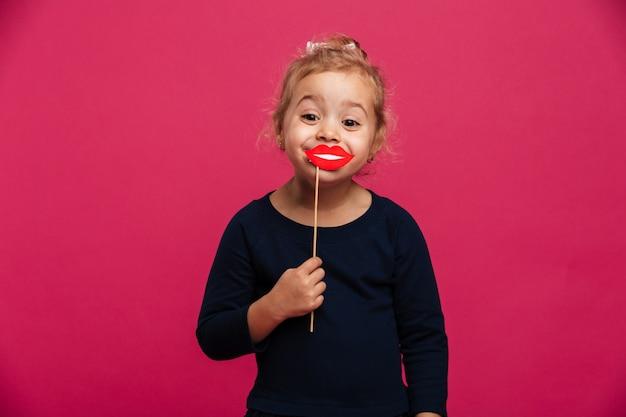 Blij jong meisje gebruikend document lippen en bekijkend camera