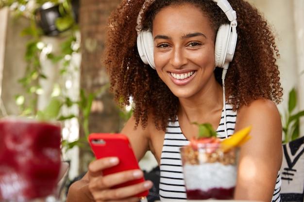 Blij lachende tiener heeft witte koptelefoon