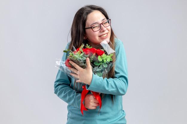 Blij met gesloten ogen jong meisje op valentijnsdag met boeket geïsoleerd op een witte achtergrond
