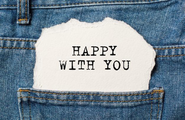 Blij met jou op gescheurd papier achtergrond op jeans liefde en valentijn concept