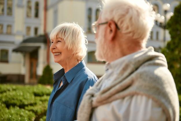 Blij om bij je te zijn, mooi bejaard stel dat samen tijd doorbrengt en lacht tijdens het wandelen