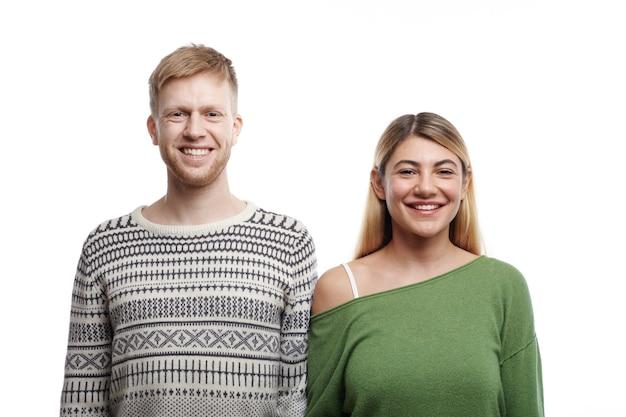 Blij om samen te zijn. geïsoleerd portret van mooie jonge blanke paar man en vrouw verliefd vrolijk lachend