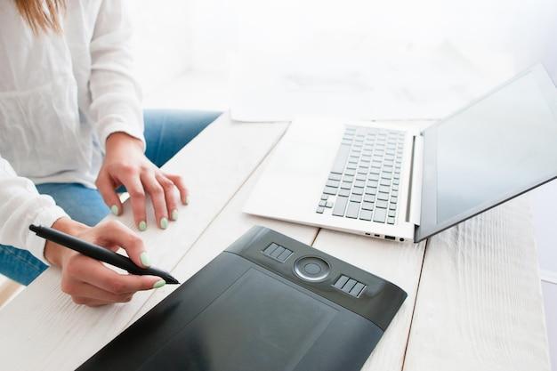 Blij ontwerper die schets op laptop retoucheert