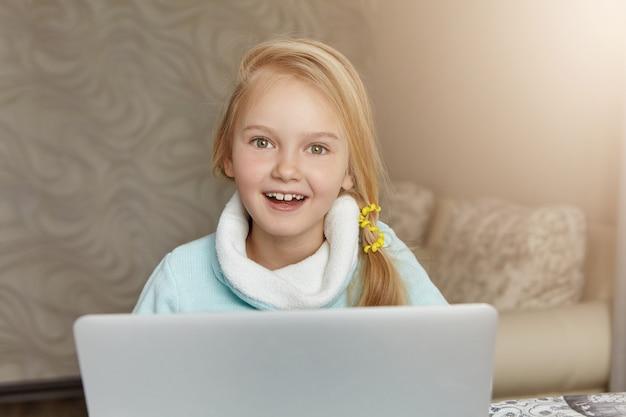 Blij opgewonden meisje van europese uitstraling vrolijk lachend
