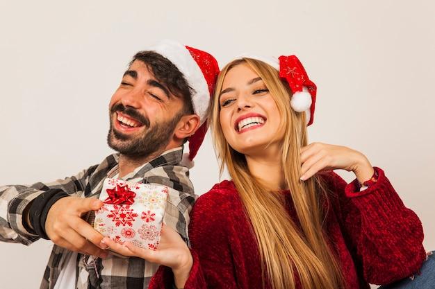 Blij paar met cadeaus