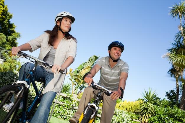 Blij paar met hun fietsen