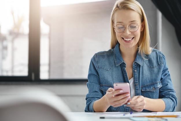 Blij succesvolle vrouwelijke administrateur in functie
