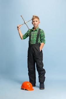Blij te zijn. jongen droomt van beroep van ingenieur.