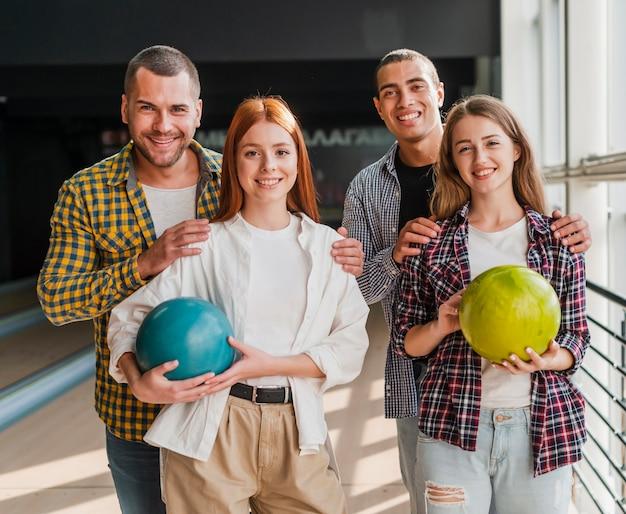 Blij team in een bowlingclub