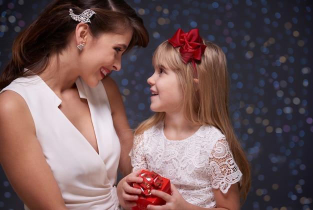 Blij vanwege het cadeau van haar moeder