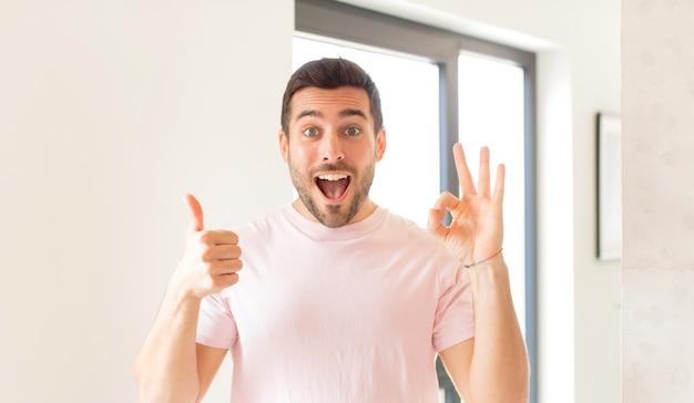 Blij, verbaasd, tevreden en verrast voelen, oke tonen en duimen omhoog gebaren, glimlachen