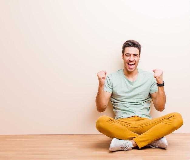 Blij, verrast en trots voelen, schreeuwen en succes vieren met een grote glimlach