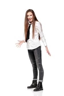Blij verrast model met lang haar in wit overhemd en stropdas geïsoleerd op een witte achtergrond
