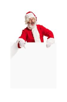 Blij verrast santa claus wijzend op lege advertentie