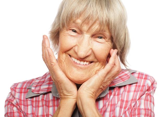 Blij verrast senior vrouw camera kijken