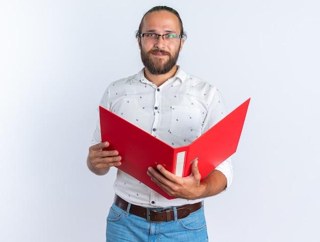 Blij volwassen knappe man met bril met open map