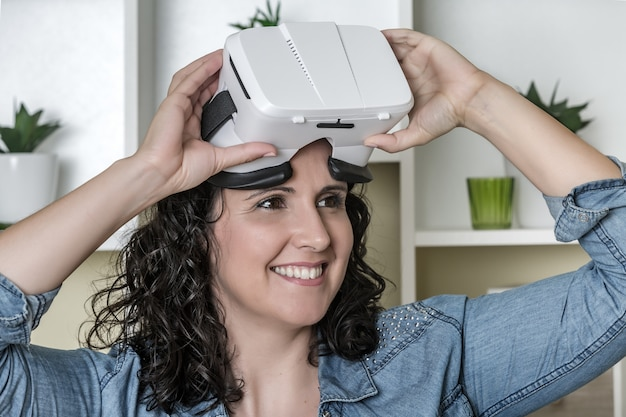 Blij volwassen vrouw met virtual reality bril in moderne kantoren