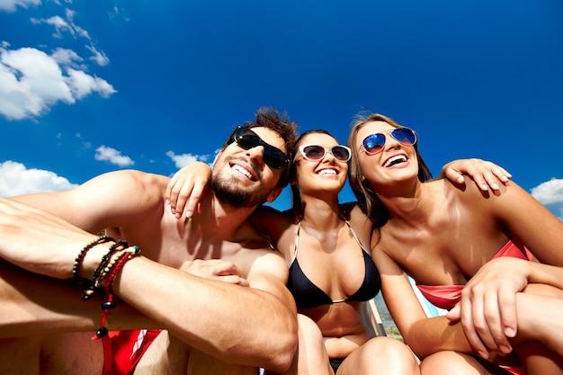 Blij vrienden lachen op het strand