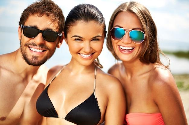 Blij vrienden op het strand