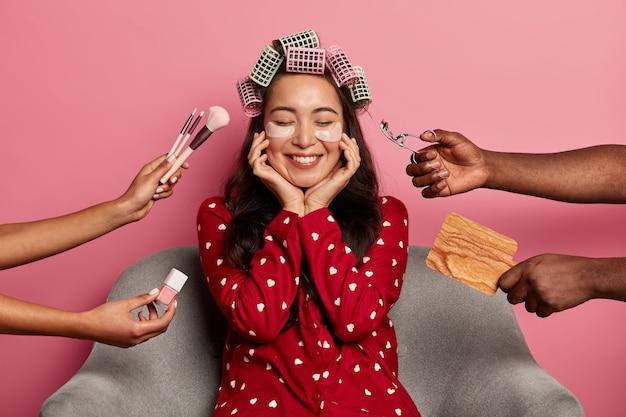 Blij vrolijke vrouw met natuurlijke schoonheid, lacht zachtjes, geniet van schoonheidsbehandeling