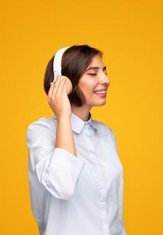 Blij vrouw luisteren naar muziek