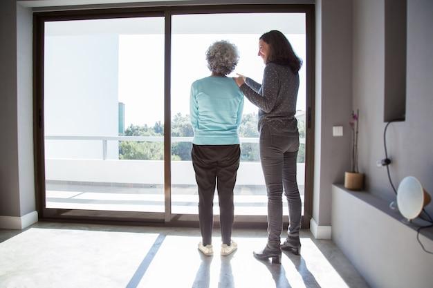 Blije dochter die haar nieuwe flat toont moeder