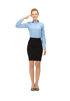 Blije en lachende stewardess die een saluutgebaar maakt