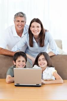 Blije familie die de camera bekijkt