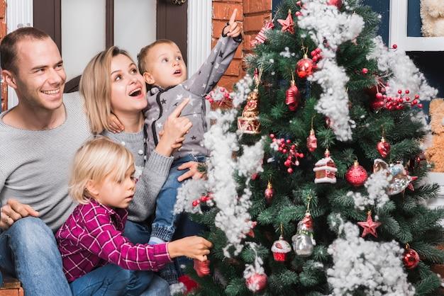 Blije familie met kerstmisboom