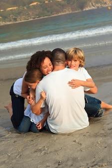 Blije familie op het strand met plezier
