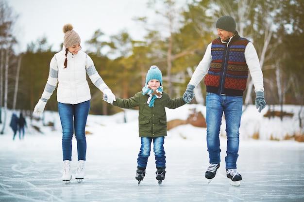 Blije familie van schaatsers