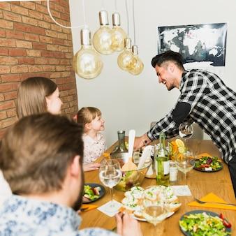 Blije familie zit aan de tafel