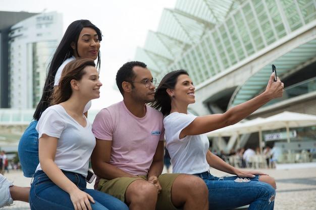Blije jonge mensen die zich voor zelfportret stellen