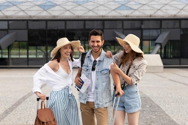 Blije, jonge toeristen op het treinstation