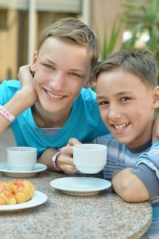 Blije jongens bij het ontbijt op tafel