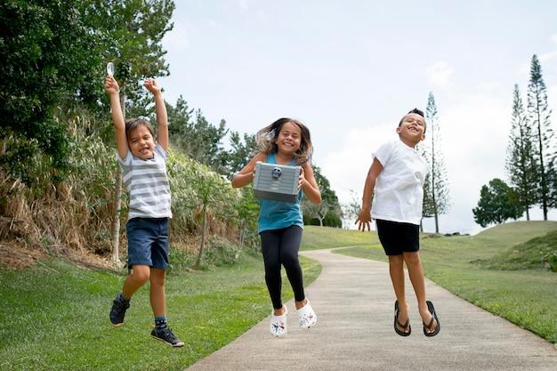 Blije kinderen die de schat vinden tijdens een speurtocht