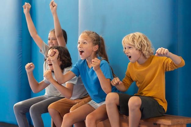 Blije kinderen genieten van hun gymles