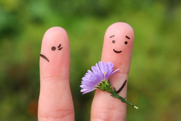 Blije man geeft vrouw boeket bloemen, ze is niet tevreden.