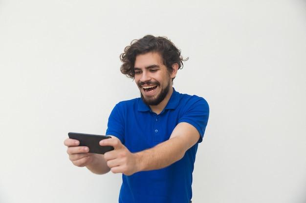 Blije man met mobiel kijken naar grappige inhoud