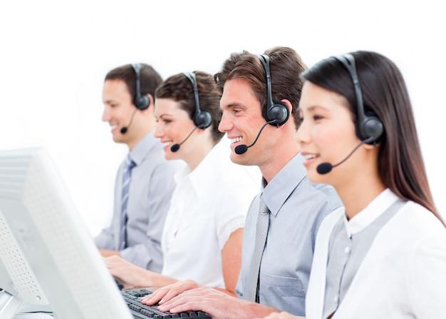 Blije medewerkers van de klantenservice die in een callcenter werken