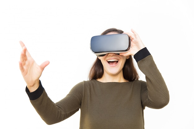 Blije opgewonden vrouw in vr-headset lachen en ontroerend lucht