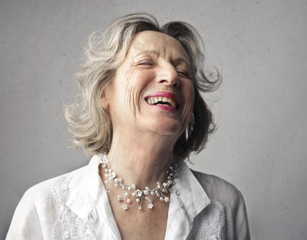 Blije oude vrouw lachen